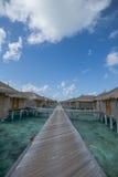Sobre centro turístico del agua con la trayectoria en Maldivas Imagen de archivo libre de regalías