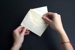 Sobre con el Libro Blanco imagenes de archivo