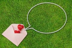 Sobre con las burbujas rojas del corazón y del discurso Imagen de archivo libre de regalías
