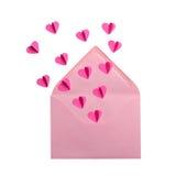 Sobre con los corazones del vuelo en el fondo blanco foto de archivo libre de regalías