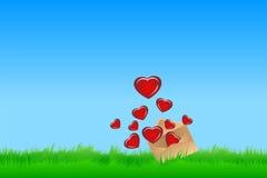 Sobre con los corazones en hierba Fotografía de archivo