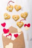 Sobre con los corazones y las galletas de papel Backgroun del día de tarjetas del día de San Valentín imágenes de archivo libres de regalías