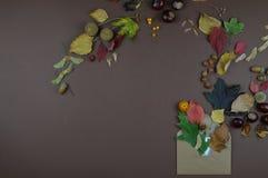 Sobre con saludos del otoño con el espacio de la copia fotos de archivo