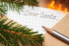 Sobre con una letra para Papá Noel en la tabla Decoración de la Navidad foto de archivo libre de regalías