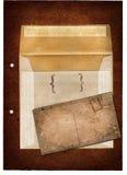 Sobre de Grunge y una postal Imágenes de archivo libres de regalías
