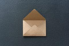Sobre de Kraft en un fondo oscuro Fotos de archivo libres de regalías