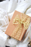 Sobre de la caja de regalo de oro Fotografía de archivo