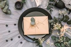Sobre de la invitación de la boda ajuste de la tabla de la recepción con las decoraciones elegantes lamentables rústicas Imagen de archivo