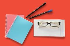 Sobre de la letra, vidrios del ojo, plumas y cuadernos imágenes de archivo libres de regalías