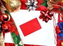 Sobre de la Navidad con la tarjeta del regalo Imágenes de archivo libres de regalías