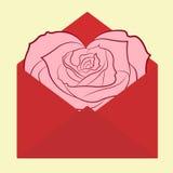 Sobre de la postal del día de San Valentín con la tarjeta color de rosa en forma de corazón de la flor Fotografía de archivo
