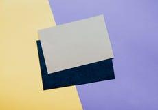 Sobre de la tarjeta en blanco con el espacio de la copia en fondo del color Foto de archivo libre de regalías