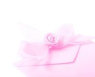 Sobre de papel adornado con el arco fotos de archivo libres de regalías