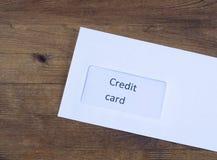 Sobre de papel con la tarjeta de crédito dentro Foto de archivo