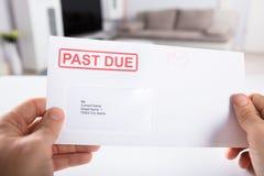 Sobre de Person Holding Past Due Bill foto de archivo
