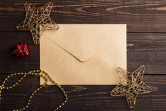 Sobre del arte con las decoraciones de la Navidad Foto de archivo libre de regalías