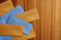 Sobre del color aislado en el de madera Fotografía de archivo libre de regalías