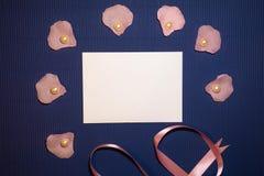 Sobre del corazón con las conchas marinas y las perlas foto de archivo