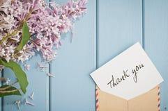Sobre del franqueo del vintage con la tarjeta y el ramo del verano de lila fotografía de archivo libre de regalías