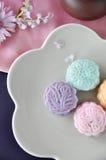Sobre del Mooncake colorido en la placa Imagen de archivo libre de regalías