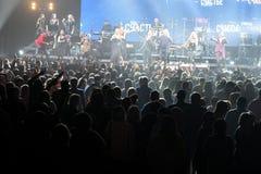 Sobre diez milésimos la gente asiste al 50.o concierto del cumpleaños del año de Viktor Drobysh en Barclay Center Foto de archivo