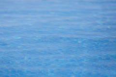 Sobre el agua de tierra de la piscina Imagenes de archivo