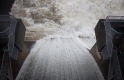 Sobre el aliviadero de la presa Imagen de archivo