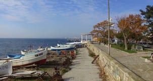 Sobre el estacionamiento de los barcos de pesca en Pomorie viejo en Bulgaria almacen de metraje de vídeo