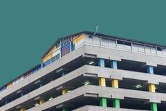 Sobre el estacionamiento de tierra del centro de la oficina Columnas coloreadas Construcción concreta Con un cielo abstracto Foto de archivo libre de regalías