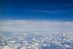 Sobre el mar de las nubes del algodón foto de archivo