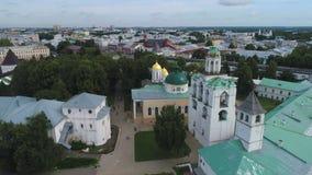 Sobre el monasterio de Spaso-Preobrazhensky Yaroslavl, anillo de oro de Rusia almacen de metraje de vídeo