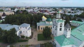 Sobre el monasterio de Spaso-Preobrazhensky Yaroslavl, vídeo aéreo de Rusia almacen de video