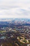 Sobre el paisaje urbano de Moscú de la visión y las nubes azules Fotos de archivo libres de regalías