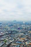 Sobre el paisaje urbano de Moscú de la visión y las nubes azules Imágenes de archivo libres de regalías