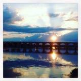 Sobre el puente y en los cielos Fotografía de archivo