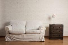 Sobre el sofá blanco Imagen de archivo libre de regalías