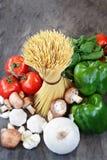 Sobre el tiro de espaguetis y de ingredientes crudos para la salsa Fotos de archivo