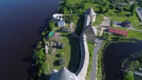 Sobre el vídeo aéreo de la fortaleza vieja de Ladoga Región de Leningrad, Rusia almacen de video