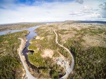 Sobre a floresta e o rio perto da estrada de enrolamento Foto de Stock Royalty Free