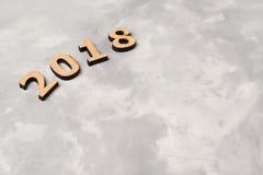 2018 sobre fondo concreto gris Foto de archivo