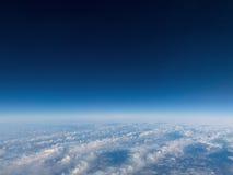Sobre fondo del cielo azul de las nubes fotografía de archivo