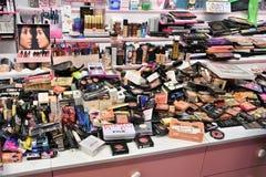 Sobre fuente y la abundancia de cosméticos foto de archivo libre de regalías