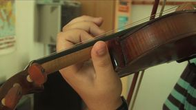 Sobre hombro en jugar del violinista almacen de video