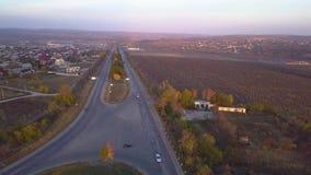Sobre la carretera igual del suburbio con los coches almacen de video