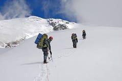 Sobre la cumbre de la montaña Titnuld imagenes de archivo
