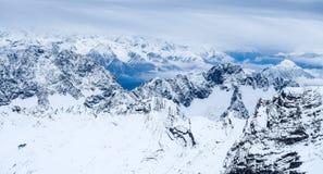 Sobre la foto del viaje de Zugspitze de las nubes - el pico más alto de Germany's Imagen de archivo