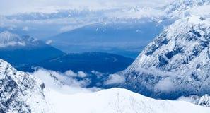 Sobre la foto del viaje de Zugspitze de las nubes - el pico más alto de Germany's Imagen de archivo libre de regalías
