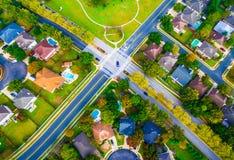 Sobre la intersección en vecindad suburbana fuera de Austin Texas Aerial View imágenes de archivo libres de regalías