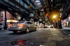Sobre la línea del subterráneo y la calle de tierra de New York City en Brooklyn con los coches Fotografía de archivo libre de regalías