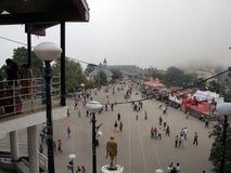 Sobre la opinión el turista que disfruta del frío en el camino de Ridge, Shimla, Himacal Pradesh, la India Fotos de archivo libres de regalías